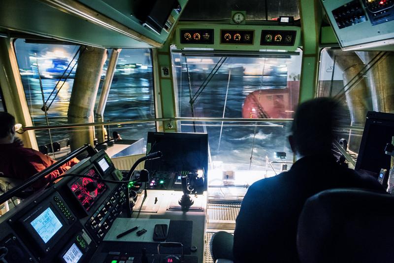 Im Schlepper auf der Brücke am Containerschiff bei Nacht