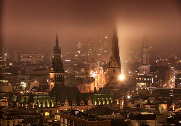 Aussicht auf Hamburger Rathaus und Kirchtürme vom Michel bei Nacht