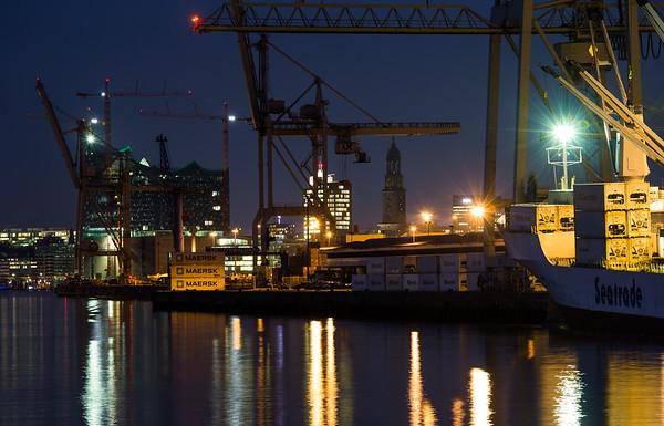 Unikai Hansahafen in der Nacht Hamburg