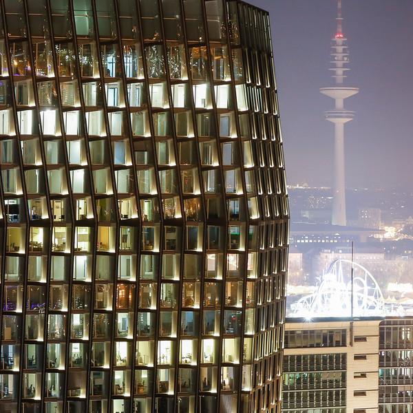 Tanzende Türme bei Nacht mit Fernsehturm