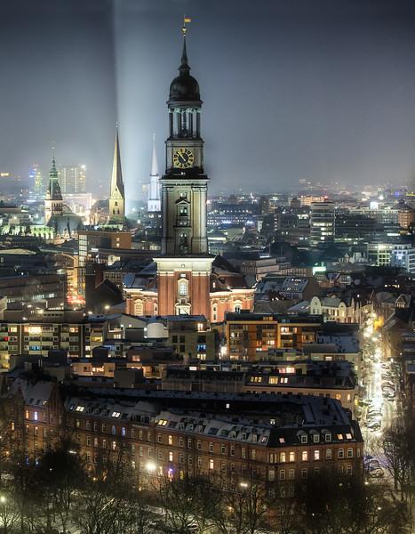 Ausblick vom Atlantic Haus auf die Stadt bei Nacht