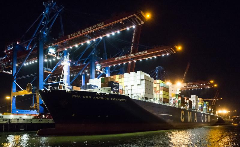 Containerschiff am Burchardkai bei Nacht