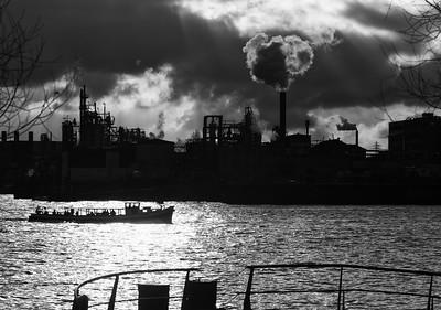 Elbe mit Barkasse und Fabrik im Gegenlicht schwarz-weiß