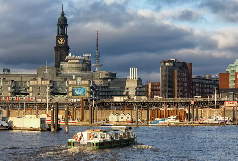 City Sportboothafen und Michel mit Barkasse