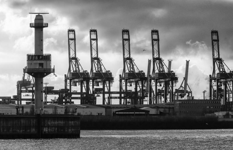 Einfahrt zum Köhlbrand mit Pegelturm und Containerbrücken Burchardkai Hamburg an der Elbe Schwarzweiß