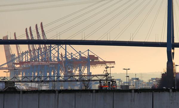 Köhlbrandbrücke mit Containerterminal Altenwerder und Schlepper in Hamburg an der Elbe