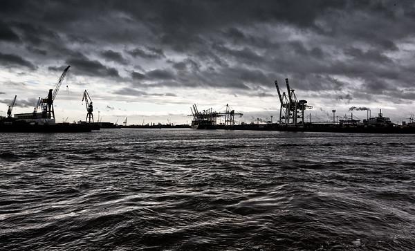 Containerterminal Tollerort mit Wolken und Wellen Hamburg