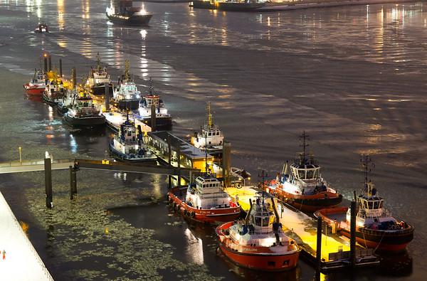 Hamburg Schlepperbrücke mit Eis bei Nacht