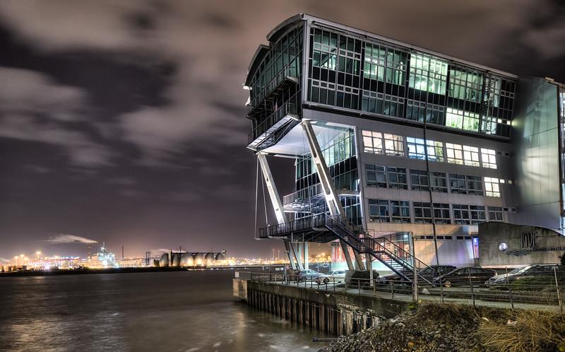 Alte England Fähre bei Nacht an der Elbe