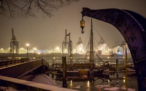 Museumshafen Hamburg Neumühlen Oevelgönne im Winter bei Nacht mit Schnee