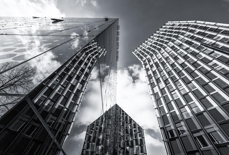 Tanzende Türme und Hotel an der Reeperbahn spiegelnder Fassade