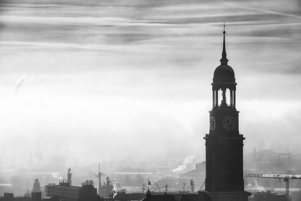 Michel St. Michaelis Hauptkirche Turm mit Hamburger Hafen im Dunst und Nebel am Tag in schwarz-weiß