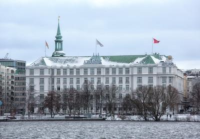 Hotel Atlantic an der Außenalster im Schnee