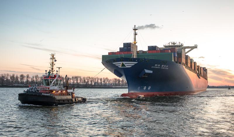 Containerschiff mit BUGSIER 5 auf der Elbe in Hamburg