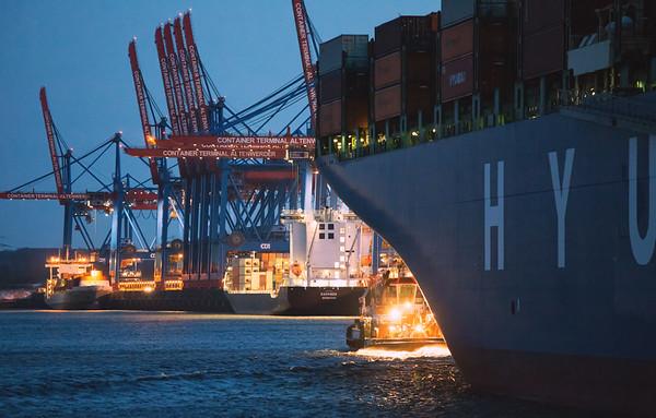 Schlepper bugsier 5 vor Containerschiff im Waltershofer Hafen am Abend