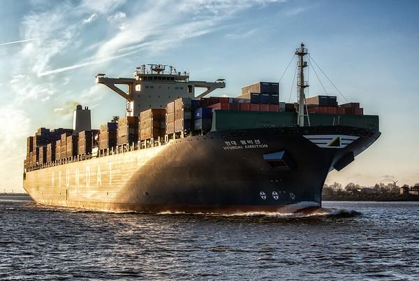 Containerschiff in der Abendsonne