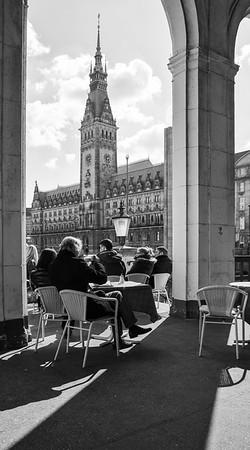 Mittags in den Alsterarkaden auf das Hamburger Rathaus in schwarz-weiß
