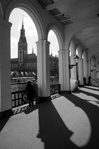 Alsterarkaden mit 2 Senioren mit Blick auf Rathaus Hamburg