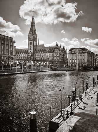 Blick auf das Hamburger Rathaus in schwarz-weiß