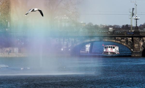Lombardsbrücke mit Alsterdampfer und Wasserfontäne Binnenalster Hamburg mit Möwe