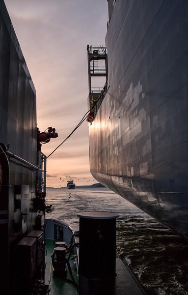 Schlepper Bugsier 5 an einem Containerschiff auf der