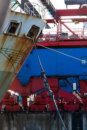 Schiffsbug vor Containerkran