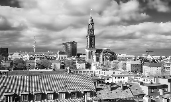 Aussicht von Vorsetzen auf Sankt Michaelis Hauptkirche in schwarz-weiß
