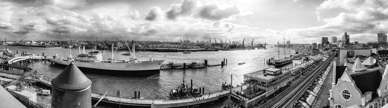 Aussicht auf das Museumschiff Cap San Diego und Elbe in schwarz-weiß