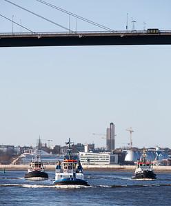 Drei Schlepper unter der Köhlbrandbrücke