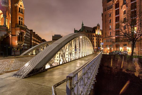 Brücke am Abend in der Speicherstadt