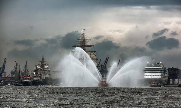 Hamburg Hafengeburtstag Einlaufparade mit Feuerlöschboot