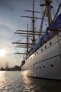 Segelschulschiff Gorch Fock von der Seite bei Abendsonne