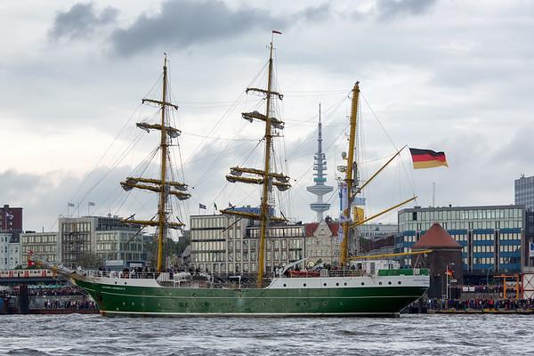 Segelschiff Alexander von Humboldt vor den Landungsbrücken
