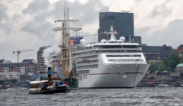 Hamburg Hafengeburtstag Einlaufen Europa 2 bei den Landungsbrücken