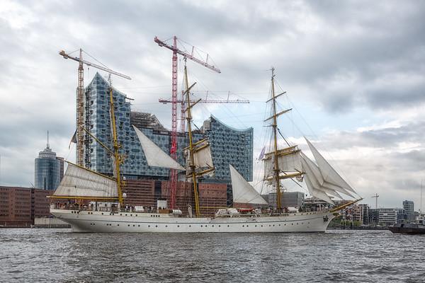 Segelschulschiff Gorch Fock vor der Elbphilharmonie