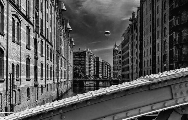Speicherstadt in schwarz-weiß mit Fesselballon