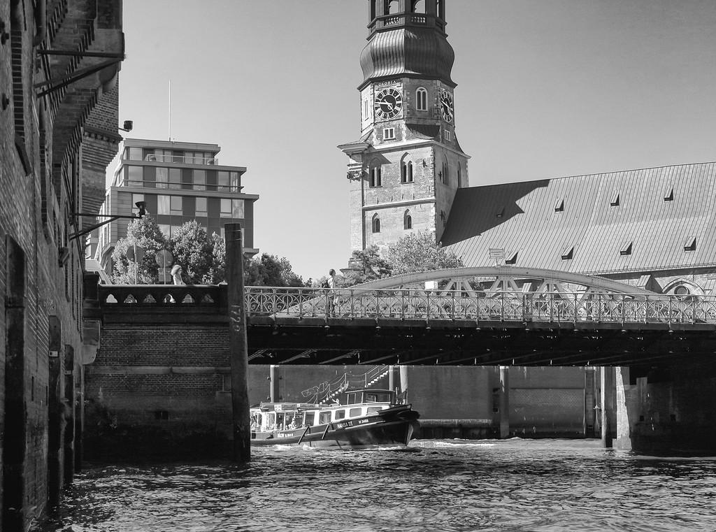 Speicherstadt Hamburg in Schwarzweiß mit Sand Katharinenkirche und Barkasse Hansa 3 in Schwarzweiß