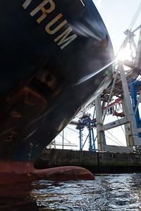 Containerschiff im Hamburger Hafen am Athabaskakai Bug