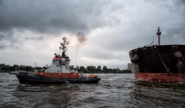 Schlepper bugsier 21 vor MassenGuttransporter Bulk Carrier auf der Elbe in Hamburg