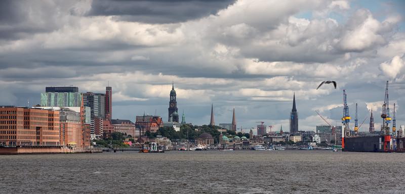 Skyline Hamburg im Sommer mit Elbe und Michel