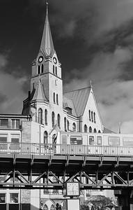 Schwedische Kirche Hamburg mit Hochbahn in Schwarzweiß