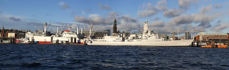 Fregatte und Cap San Diego vor Skyline Hamburg an der Überseebrücke