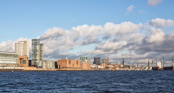 Elbe mit Skyline Hamburg