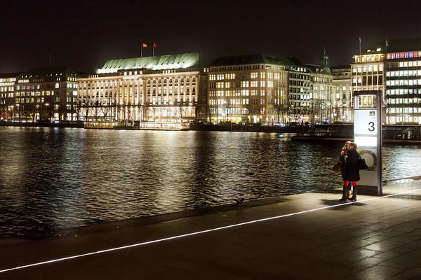 Jungfernstieg Binnenalster am Abend mit Hapag Lloyd Verwaltungsgebäude Hamburg