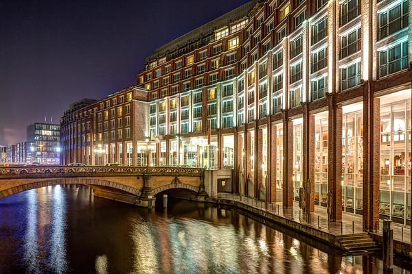Alster Fleet mit Steigenberger Hotel Hamburg am Abend