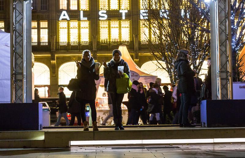 Weihnachtsmarkt Jungfernstieg Hamburg mit 2 Damen