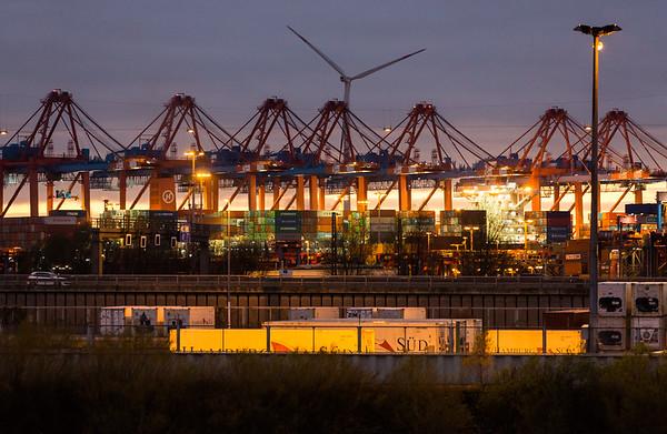 Containerterminal Burchardkai am Abend mit Autobahn 7 in Hamburg