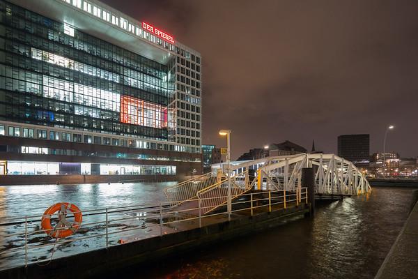 Hochwasser in der Speicherstadt Spiegel Hochhaus Hamburg Sturmflut
