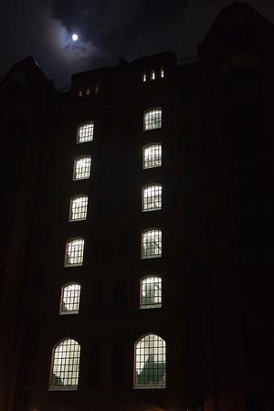 Speicher mit Treppenhaus in der Speicherstadt Hamburg und Mond