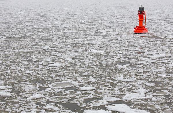 Eisgang auf der Elbe mit Fahrwassertonne